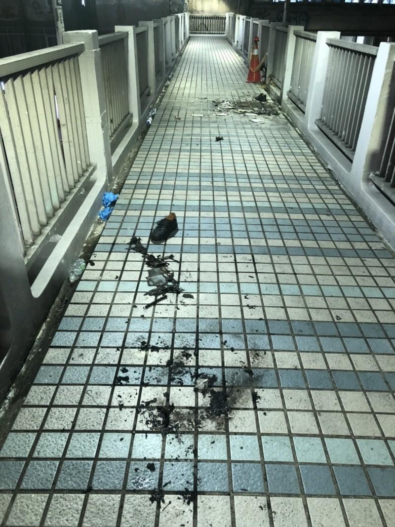 林姓男子日前在台北市人行天橋上自焚。(記者劉慶侯翻攝)