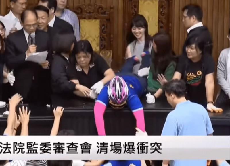 高嘉瑜表示她昨日在清場時,抓著陳玉珍的腳怕她亂踢踢到人,不是在玩。(圖擷自高嘉瑜臉書)