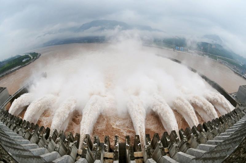 中國水利部17日上午宣布,「長江2020年第2號洪水」在上游形成,三峽大壩入庫流量快速上漲中,洪水更以每秒5萬9000立方公尺的流量湧入三峽大壩,超越第1號洪水時的流量,中國多地更把防汛「應急響應」提升為一級。圖為三峽大壩日前放水應對洪患。(法新社)