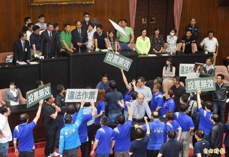 立法院長游錫堃在民進黨立委的護衛下進入議場、宣布開始開會,藍綠爆發第一波激烈肢體衝突。(記者方賓照攝)