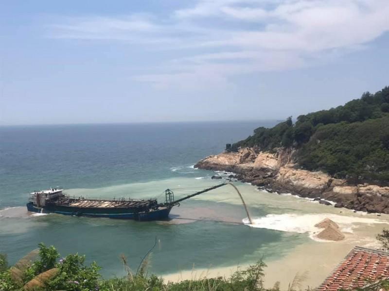 連江縣南竿鄉今出現中國抽砂船被查獲盜採海砂,被海巡人員驅趕到岸邊將砂排出。(民眾提供)
