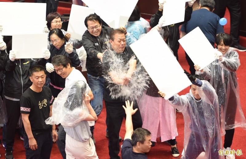 立法院上午行使監察院人事同意權投票,國民黨立委拿出水球狂丟主席台。(記者劉信德攝)