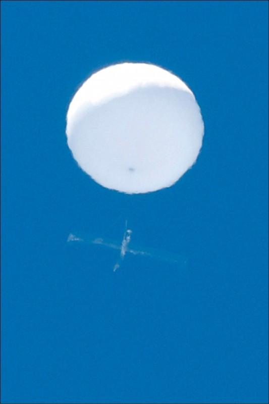日本東北最大城仙台市上月17日驚見來源、用途皆不明的白色球狀飄浮物。(路透檔案照)