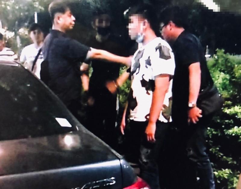 警方將張姓男大生(白衣者)逮捕到案。(記者劉慶侯翻攝)