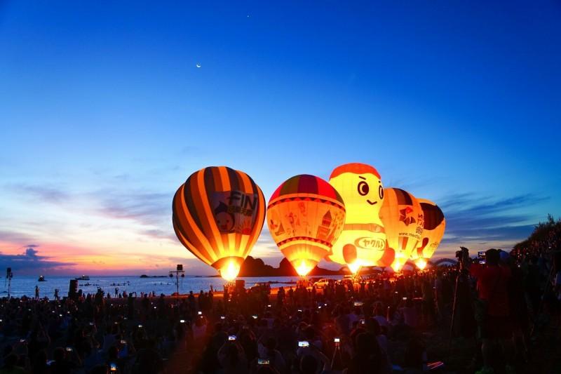 三仙台熱氣球光雕秀。(記者黃明堂翻攝)