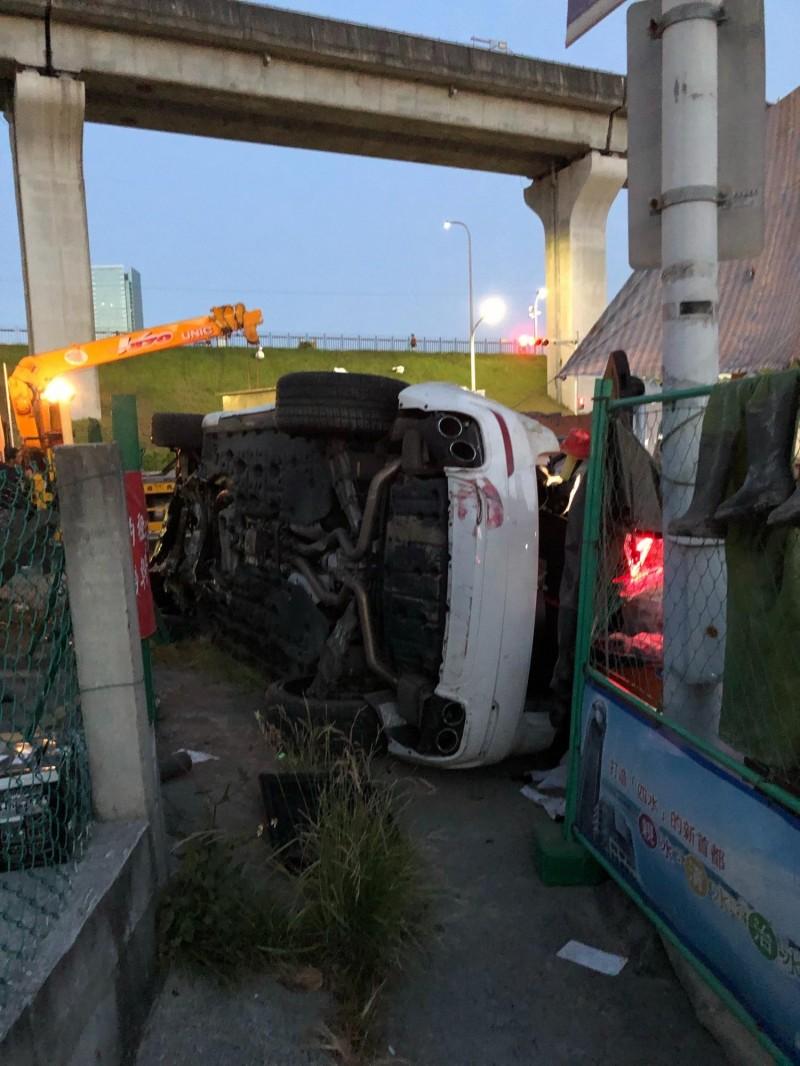 新北市朱男駕駛的Maserati Levante 休旅車撞入汙水下水道工地,車輛半毀。(記者吳仁捷翻攝)