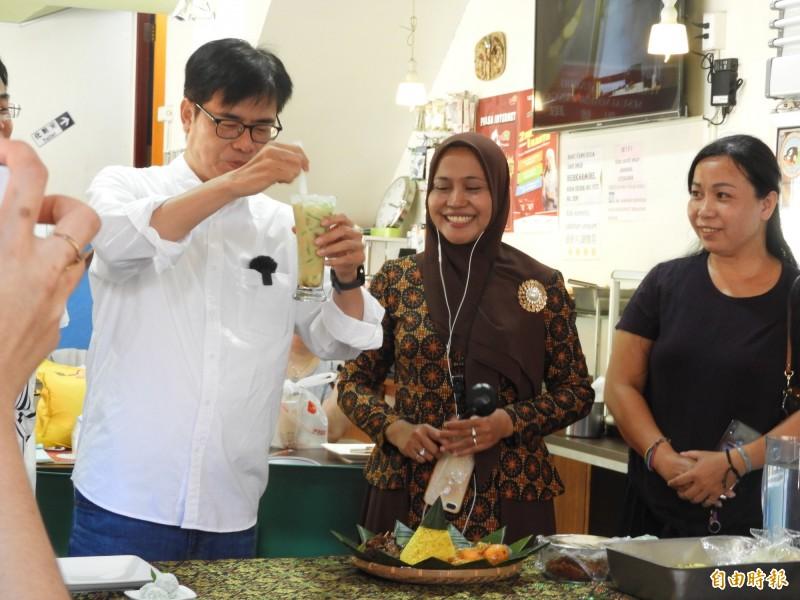 陳其邁今天下午參訪新住民店家「爪哇娃印尼美食」,品嚐異國料理。(記者葛祐豪攝)
