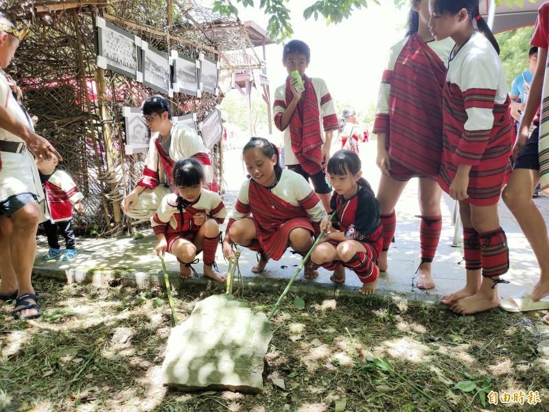 賽德克族小朋友體驗傳統陷阱祈福儀式。(記者佟振國攝)