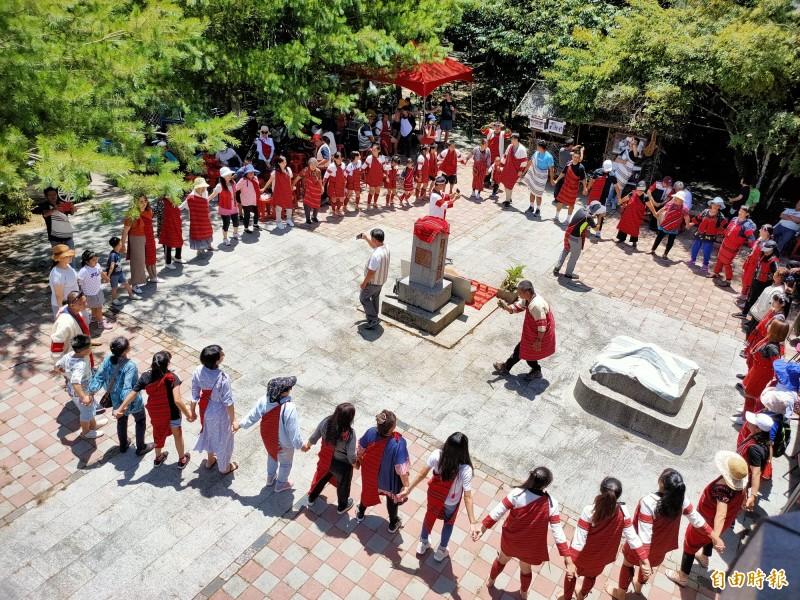 賽德克族耆老率領族中的老中青三代圍唱賽德克傳統歌謠。(記者佟振國攝)