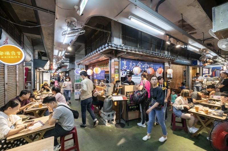 近年來廣受各界喜愛的新竹市東門市場,目前已擁有100多攤位,全天候提供各式餐點。(記者蔡彰盛翻攝)