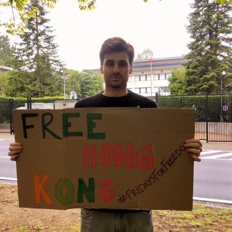 人權組織「NOW!」的創辦人於比利時中國使館前表達訴求。(圖擷取自推特)