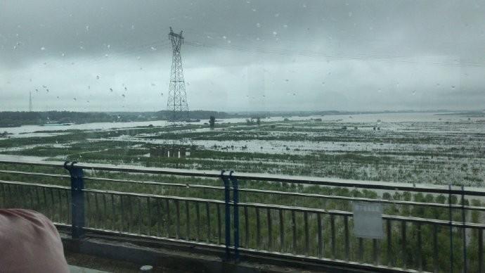 淮河水位持續上漲,中國水利部發布「淮河2020年第1號洪水」。圖為中國安徽省淮南市平圩大橋的淮河河段。(擷取自微博)