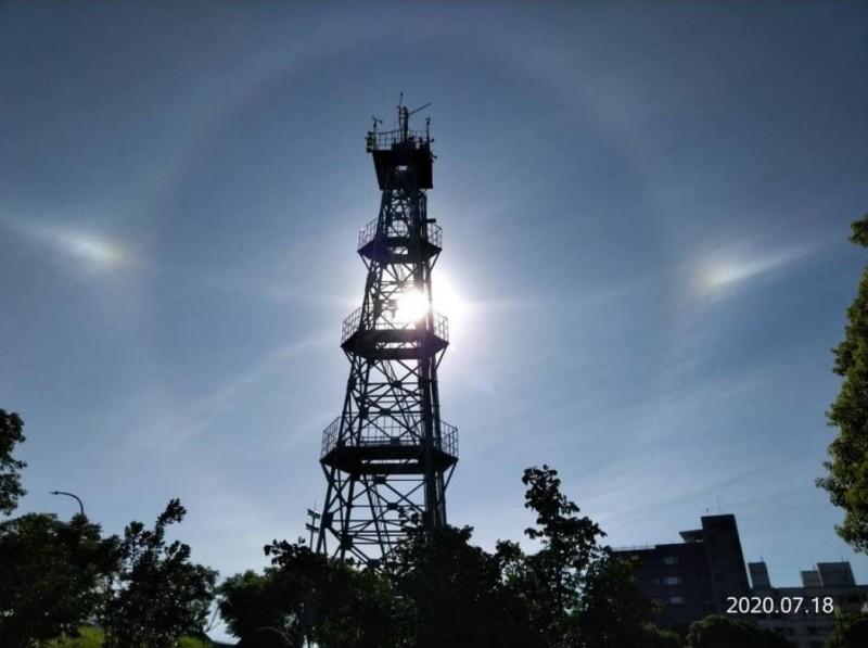 宜蘭氣象站陳高鋤主任提供的「幻日環」美圖,前景是宜蘭站的測風鐵塔。已獲授權。(圖擷取自臉書)