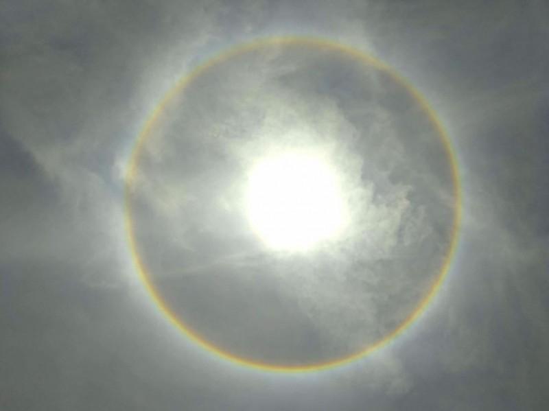 台東民眾拍攝的日暈美景。(圖擷取自爆料公社)