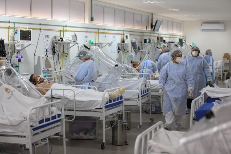 WHO週五提出最新統計,表示過去24小時內,全球新增病例再創單日新增新高。圖為巴西醫護人員醫治武漢肺炎患者情況。(法新社)