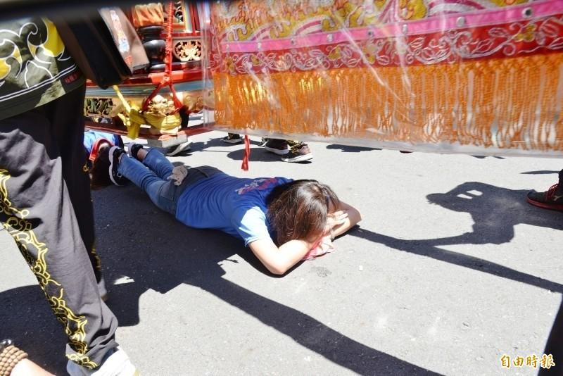 李眉蓁昨天趴在地上,鑽旗山天后宮大媽祖的鑾轎祈福。(資料照)