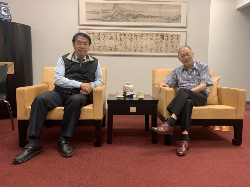 在台南市長黃偉哲(左)力邀下,故宮博物院院長吳密察(右)答應出任台南城市400年文化展總召。(台南市政府提供)