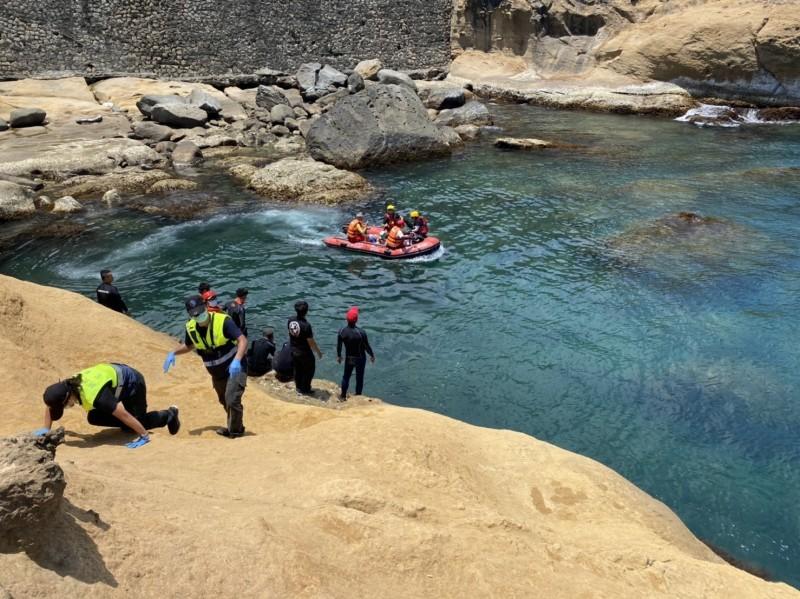 消防隊員駕橡皮艇救人。(記者吳昇儒翻攝)