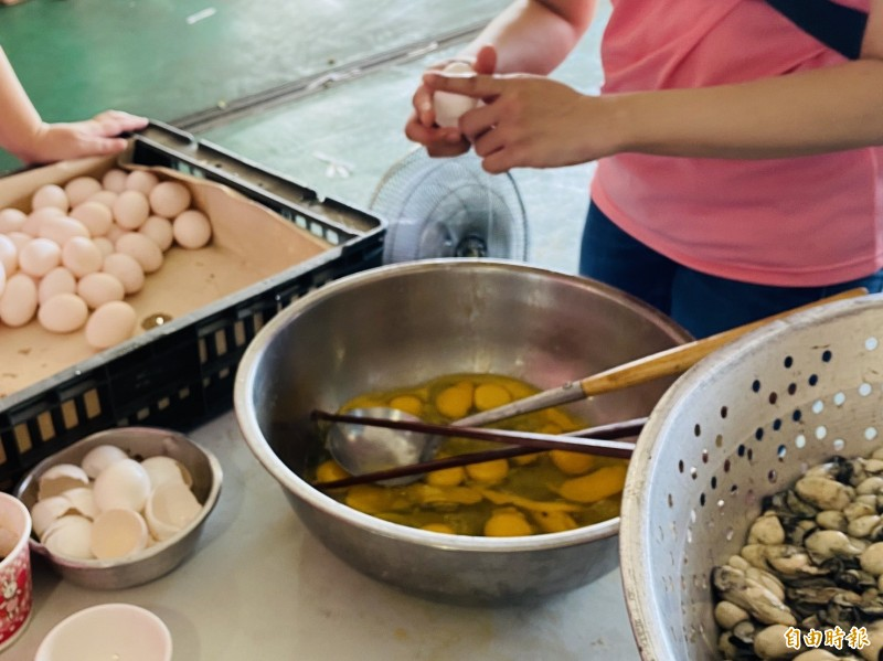 超級蚵仔煎一次要用100顆雞蛋。(記者蔡宗勳攝)