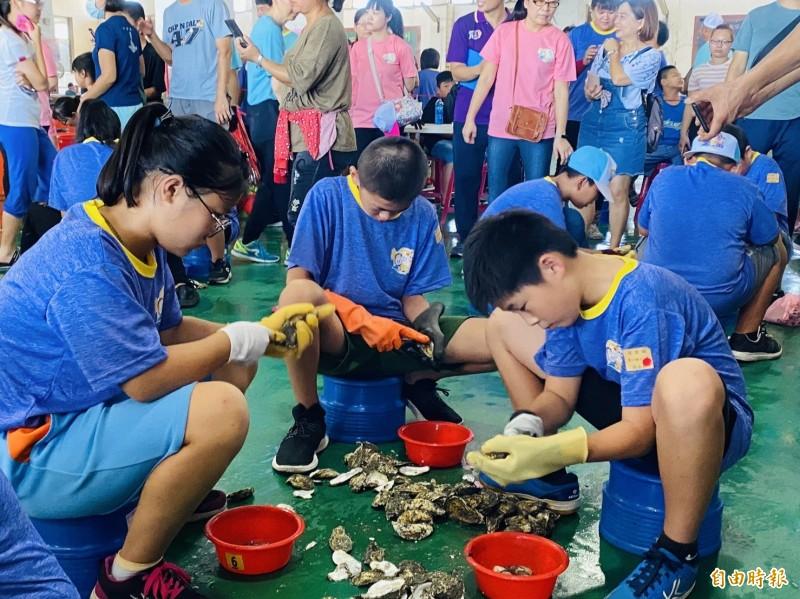 剖蚵比賽,小學生也上場競技。(記者蔡宗勳攝)