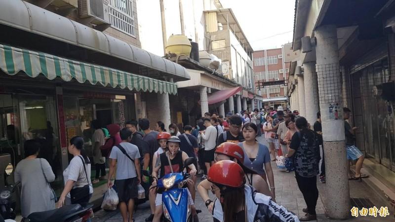 澎湖文康早餐街被觀光客攻陷,澎湖民眾被迫退去購買行列。(記者劉禹慶攝)