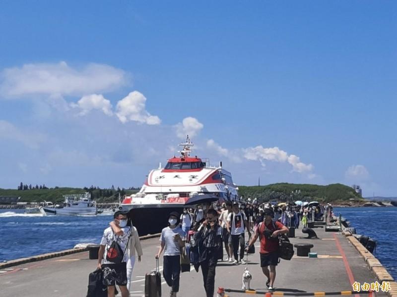 海運今年旅客處較遜於空運,主要是空運放大機型飛航。(記者劉禹慶攝)