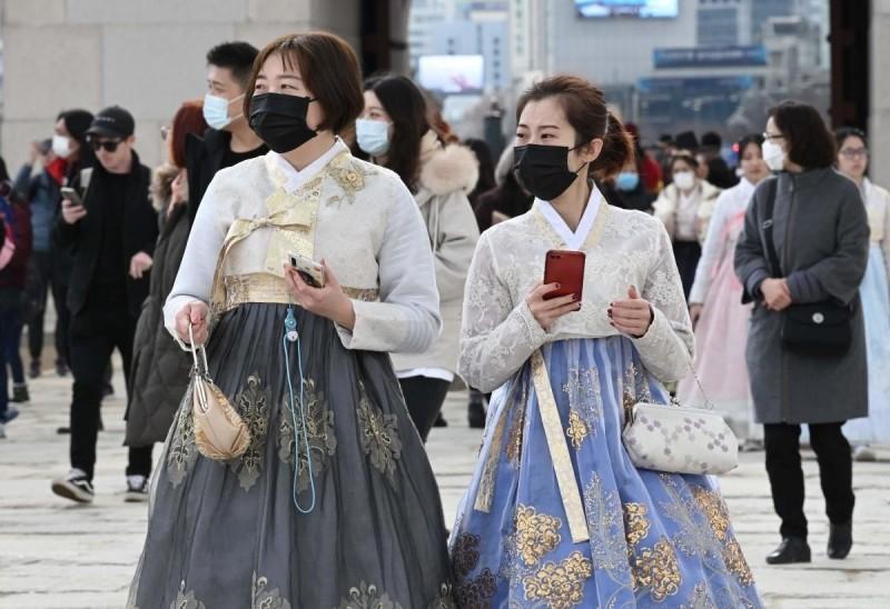 首爾旅遊景點景福宮外,遊客戴上口罩。(法新社)