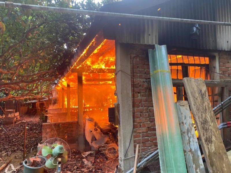 頭份市濫坑里一處民宅今下午傳出大火,火勢猛烈,消防隊員耗費約1小時撲滅。(記者鄭名翔翻攝)