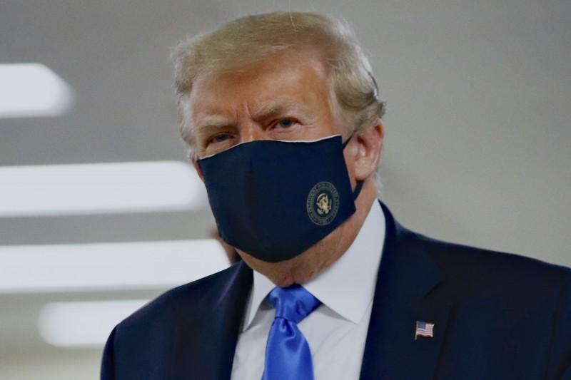 美國總統川普(見圖)19日在受訪時自稱是這場防疫戰爭中的「口罩信徒」。(資料照)