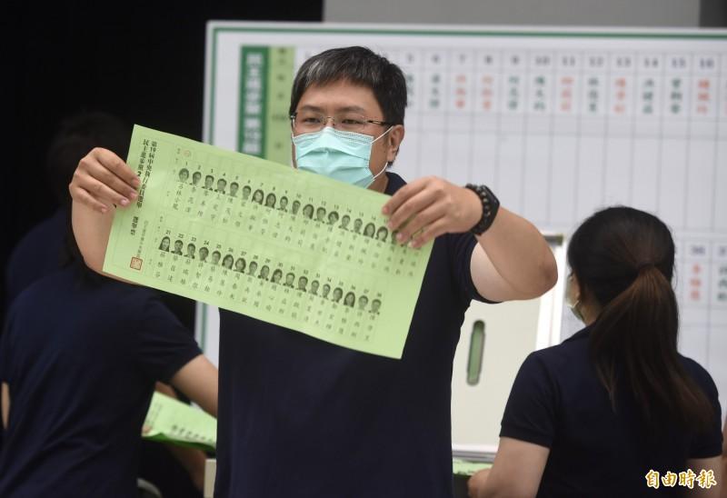 民進黨19日召開第十九屆第一次全國黨員代表大會,進行中執委開票。(記者簡榮豐攝)