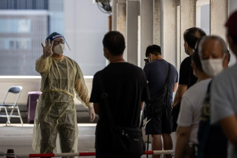武漢肺炎在香港已經爆發第三波疫情,昨日下午4點至晚間12點的確診人數已達108人,突破百人大關,是香港爆發武漢肺炎疫情以來,單日新增最多人數的紀錄。(歐新社)