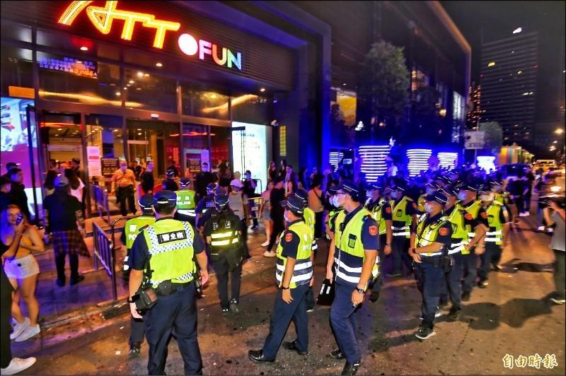 近期治安事件頻傳,影響民眾治安觀感,全國昨晚同步執行威力掃蕩,台北市警局臨檢舞廳、夜店、酒店、KTV等易發生事故的場所。(記者方賓照攝)