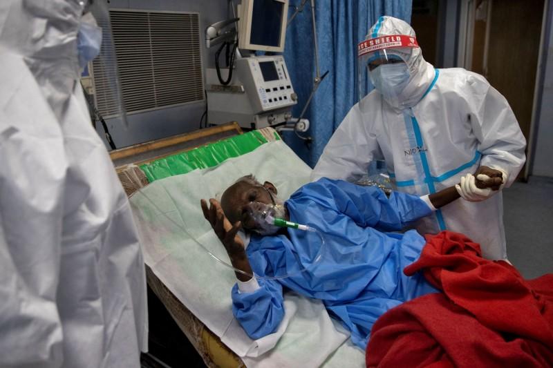 武漢肺炎(新型冠狀病毒病,COVID-19)疫情肆虐全球,過去一天全球新增近26萬確診病例,再創單日新高,截至目前全球累計確診已超過1412萬例。(路透)