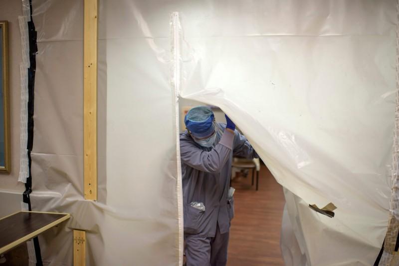 美國自6月下旬起,疫情明顯復甦,過去2週以來,全美共43週確診病例持續上升,目前美國武漢肺炎確診病例累計為371萬1464人、死亡14萬0119人。(法新社)