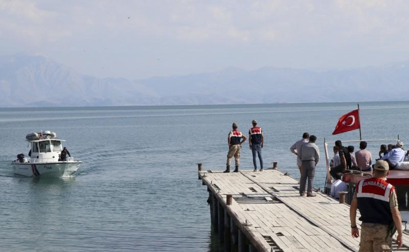 6月27日晚間,1艘載有約55至60名移民的移民船,在土耳其東部萬恩湖沉沒,當局共逮捕5名涉案人士,目前已有54人罹難,圖為土耳其當局搜救移民。(美聯社)
