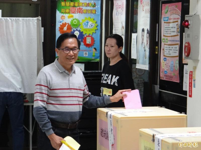前總統陳水扁今天在臉書發文指出,「如果阿扁因為投中執評委的票,而被蔡政府抓回去,也是求仁得仁」。圖為陳水扁今年總統大選赴投票所投票。(資料照)
