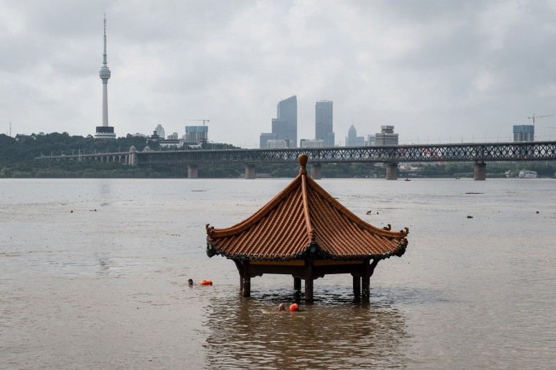 中國多處古蹟因洪災而損壞。圖為武漢黃花磯觀江亭。(法新社)