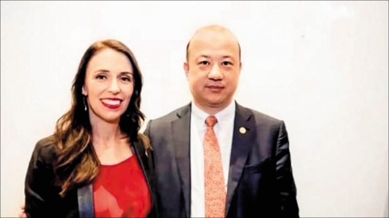 中國商人張乙坤(右)移居紐西蘭多年,還曾與紐國總理阿爾登合照,但逐漸被揭穿為中共滲透活動出力。(取自網路)