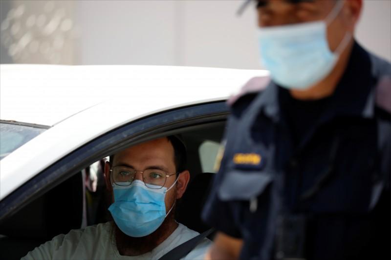 武漢肺炎疫情延燒之際,英國科學家認為,不戴口罩者應視同酒駕。(示意圖,美聯社)