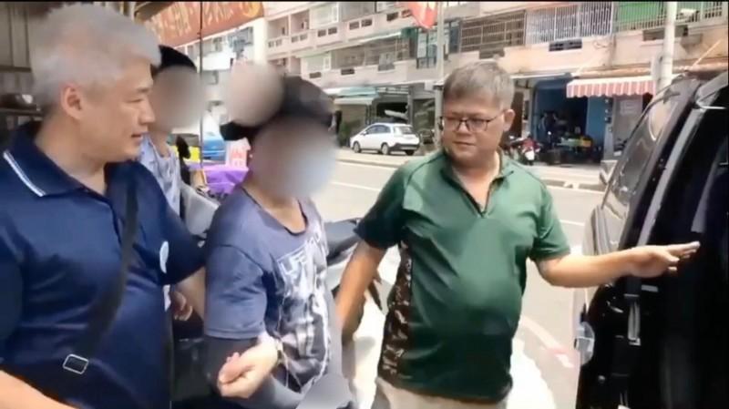 越南移工阿德(左二)逃逸藏身梓官當小吃店主廚,蚵仔煎大賣名聲大噪反曝光被逮。(記者黃良傑翻攝)