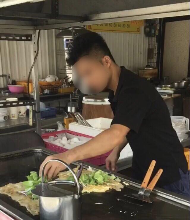 越南移工阿德逃逸藏身梓官當小吃店主廚,蚵仔煎大賣名聲大噪反曝光被逮。(記者黃良傑翻攝)