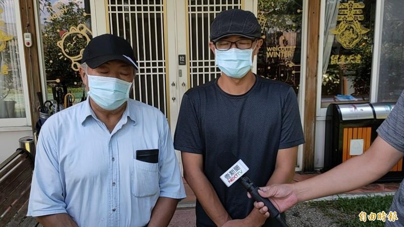陳姓男子(右)今天上午由父親(左)陪同出面,向遭偷拍的被害人及社會大眾致歉。(記者佟振國攝)