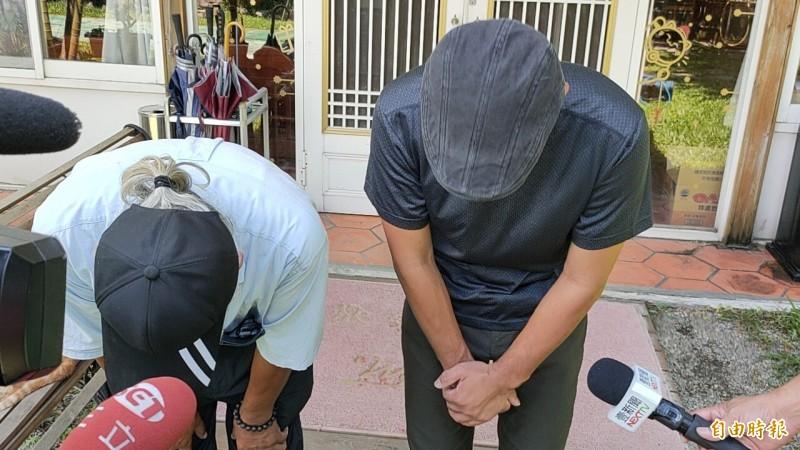 陳男與父親在鏡頭前數度彎腰鞠躬道歉。(記者佟振國攝)