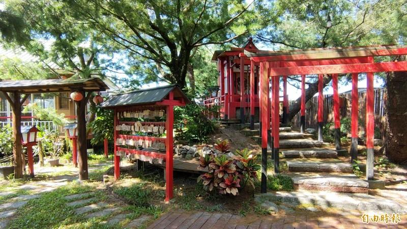 該民宿的戶外景觀走日式風格,也吸引許多Cosplay迷前來外拍取景。(記者佟振國攝)