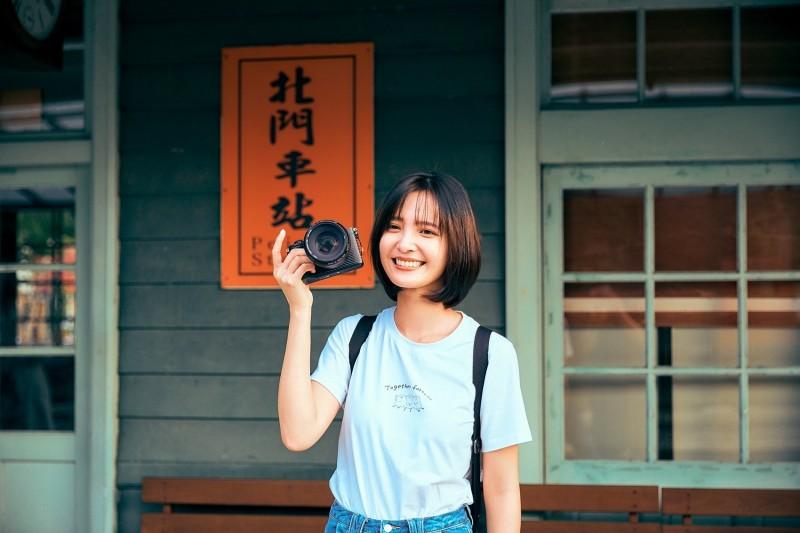 嘉市城市形象影片「開啟‧對話」女主角吳子霏在片中漫遊北門車站。(圖由嘉義市政府提供)