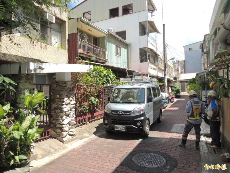 鐵道局承包商人員二十日上午到台南東區青年路二二五巷內勘查二十三日的拆除作業流程。(記者王俊忠攝)