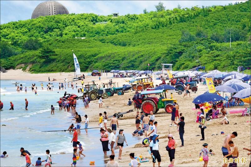 暑假第一個週末開跑,墾丁人潮滿滿。(記者蔡宗憲攝)