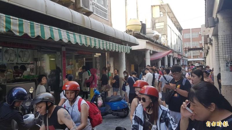 大批遊客湧入澎湖報復性出遊,馬公文康早餐街被觀光客攻佔,澎湖民眾被迫退出消費族群。(記者劉禹慶攝)