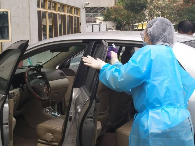 圖為高雄市防疫計程車示範上下車消毒防護,強調保護乘客,也保護司機。示意圖,非當事計程車。(高雄衛生局提供)