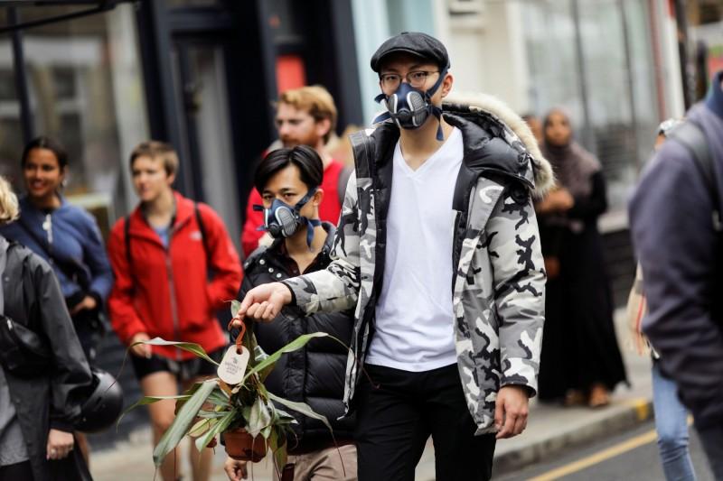 英國武漢肺炎確診人數突破30萬,為此英國政府加強口罩措施,從本月24日起須戴口罩才能進入商店,有英國民眾為此抗議,認為是「侵犯人權」。圖為倫敦戴口罩的男子,非示威者。(路透)